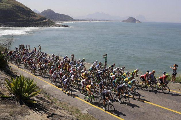 Pohoda u vody? Pole cyklistů při hromadném závodě poblíž Grumari beach.