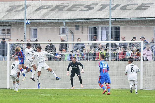 Situace před brankou Realu Madrid v utkání 4. kola UEFA Youth League pro fotbalisty do 19 let proti Viktorii Plzeň. Uprostřed španělský gólman Diego Altube.