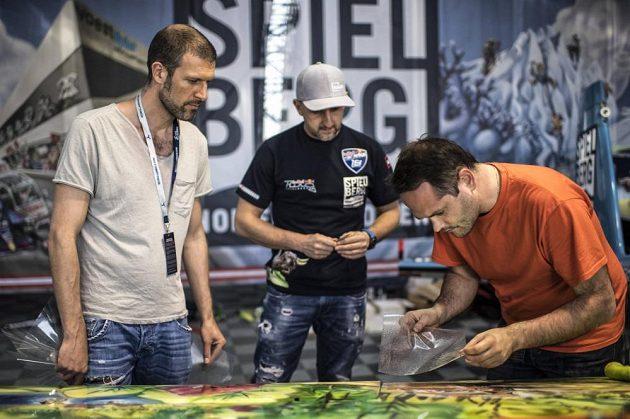 Petr Kopfstein dohlíží na instalování žraločí kůže...