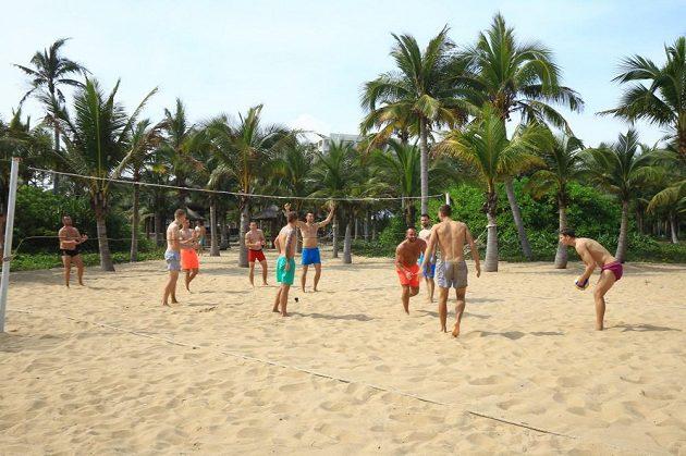 Beachvolejbalová bitva mezi hráči Slavie.