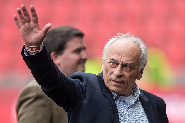 Slávistický srdcař František Cipro se přišel podívat do Edenu na derby Slavie s Duklou, radost z výsledné remízy 2:2 určitě neměl.