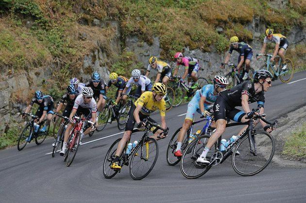 Chris Froome (ve žlutém trikotu) na trati 18. etapy Tour de France.
