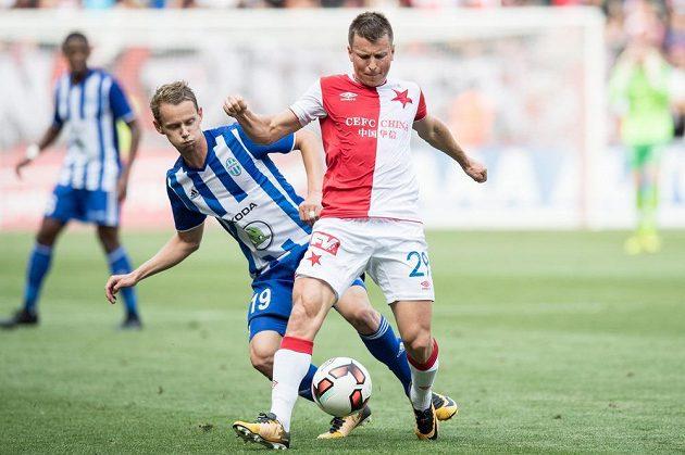 Ruslan Rotaň ze Slavie Praha a Jan Chramosta z Mladé Boleslavi během utkání 5. kola HET ligy.