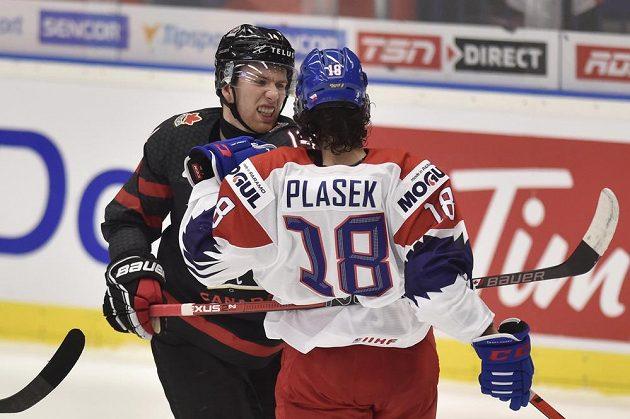 Zleva Jared McIsaac z Kanady a Karel Plášek z České republiky během utkání MSJ 2020.