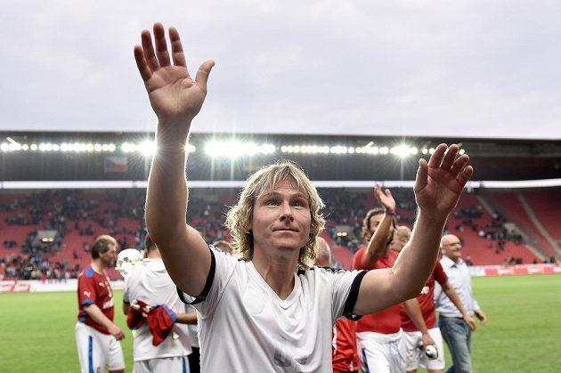 Pavel Nedvěd zdraví fanoušky po výhře nad Německem.