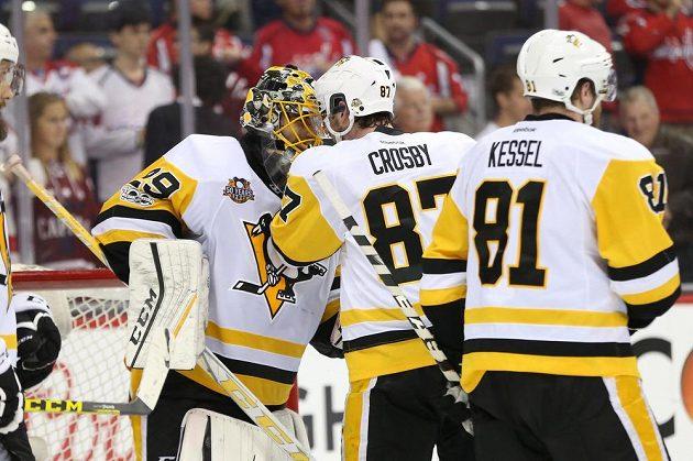 Kapitán Pittsburghu Sidney Crosby se raduje z postupu přes Washington s brankářem Marcem-Andrem Fleurym.