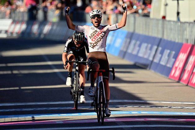 Dvanáctou etapu Gira d'Italia vyhrál po úniku domácí cyklista Andrea Vendrame.