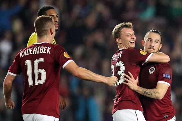 Sparťané Lukáš Vácha (vpravo) a Ladislav Krejčí oslavují vedoucí gól v utkání Evropské ligy proti Bernu.
