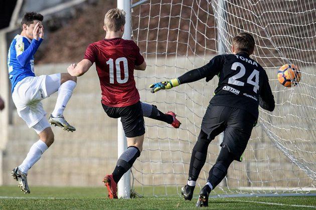 Útočník Sparty Václav Drchal střílí svůj první gól během přípravného utkání s Táborskem.