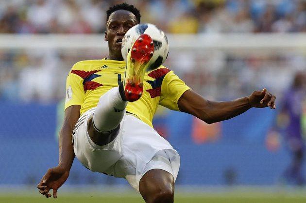 Kolumbijský zadák Yerry Mina odkopává míč v utkání proti Senegalu.