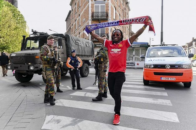 Fanoušek Manchesteru United prochází ulicemi Bruselu před čtvrtfinále Evropské ligy na půdě Anderlechtu. Ve městě panovala přísná bezpečnostní opatření, v akci byla policie i armáda vzhledem k možným obavám z teroristického útoku.