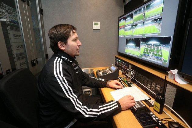 Videorozhodčí Roman Hrubeš před zápasem Sparty s Mladou Boleslaví v přenosovém voze.
