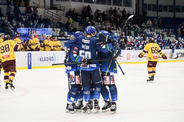 Hokejisté Kladna oslavují gól na 4:0 proti Jihlavě.