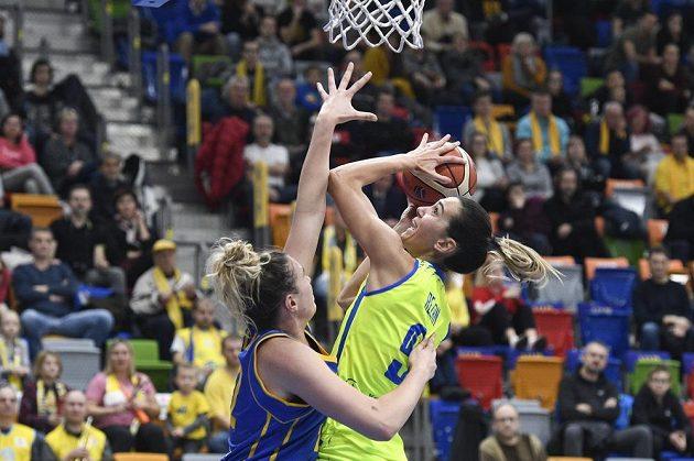 Ostrý souboj Ruth Hamblinové z Braine s Marijí Režanovou z USK Praha v utkání Evropské ligy basketbalistek.