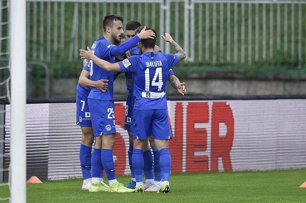 Hráči Liberce se radují z gólu v derby s Jabloncem.