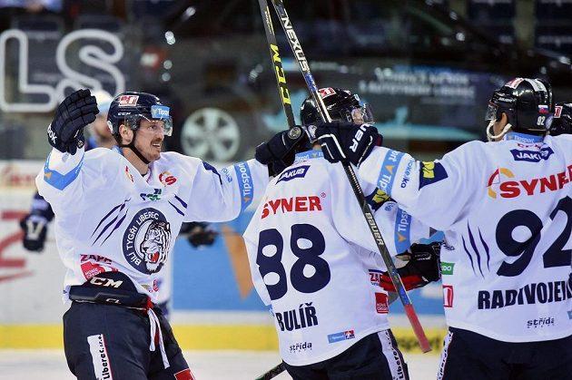 Autor druhého gólu Lukáš Derner (vlevo) se raduje se spoluhráči z Liberce z gólu.
