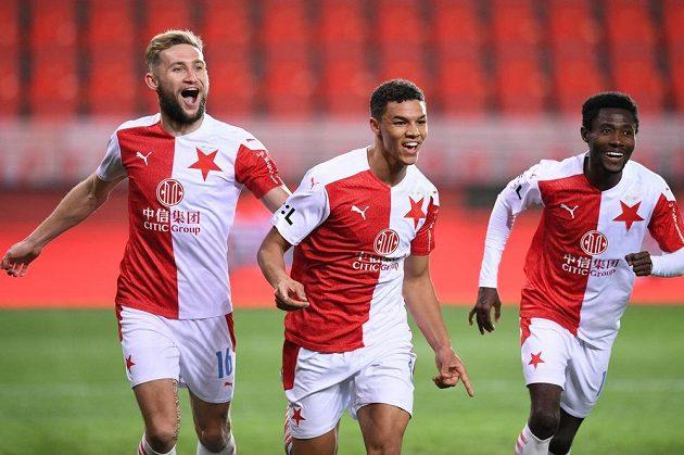 Fotbalisté Slavie se radují z brank v utkání 30. kola Fortuna ligy proti Plzni.