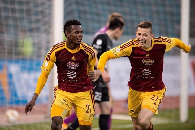 Bidje Manzia (vlevo) a Dominik Preisler z Dukly Praha se radují ze vstřeleného gólu.