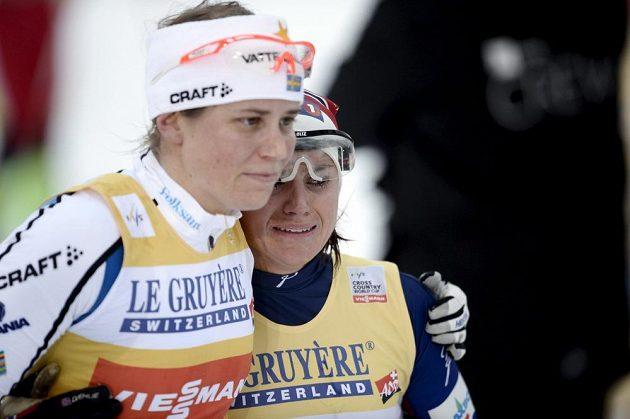 Švédka Ida Ingemarsdotterová (vlevo) a plačící Norka Heidi Wengová, která se ve finiši dopustila omylu. Místo radosti z umístění na stupních musela znovu na trať a skončila až devátá.