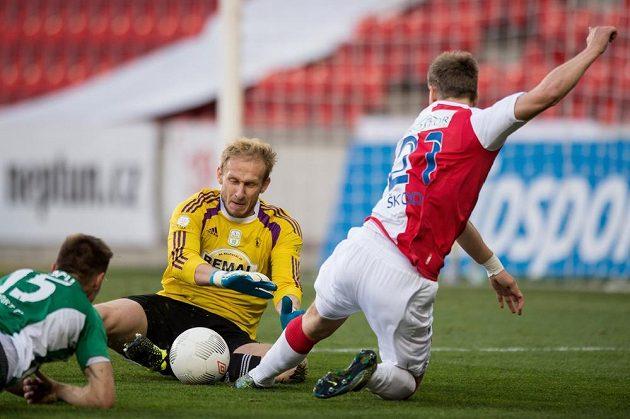 Brankář Bohemians Zdeněk Zlámal zasahuje proti útočníkovi Slavie Milanu Škodovi.