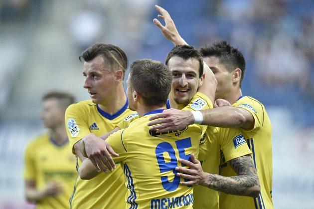 Fotbalisté Zlína se radují z gólu proti mladé Boleslavi, druhý zprava autor branky Vukadin Vukadinovič.