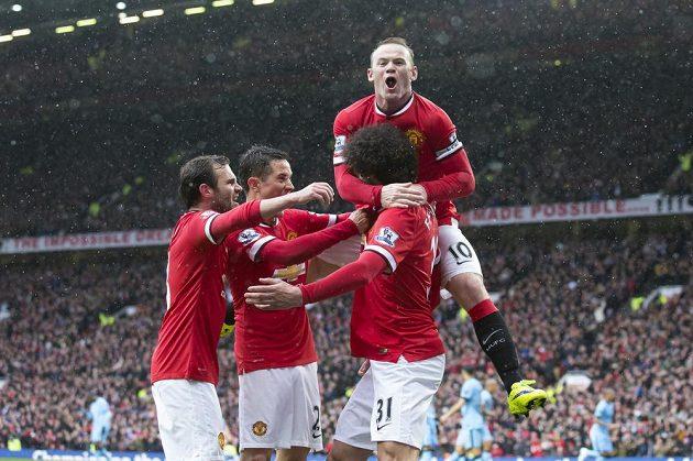 Fotbalisté Manchesteru United se radují se střelcem Marouane Fellainim (vpravo dole)z gólu, který vstřelil Manchesteru City.