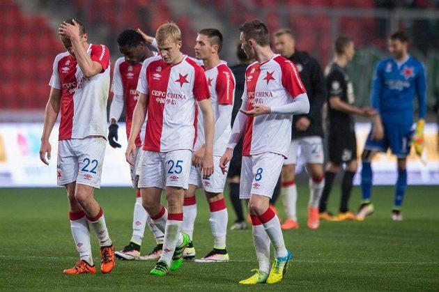 Fotbalisté Slavie Praha (zleva): Tomáš Souček, Michal Frydrych a Jaromír Zmrhal po utkání s Jabloncem.