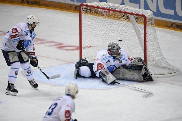 Brankář Plzně Dominik Frodl inkasuje gól.