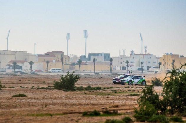 Vojtěch Štajf ve Škodě Fabii R5 předjíždí na Katarské rallye domácího Násira Al Attíju s poškozeným Fordem Fiesta R5.