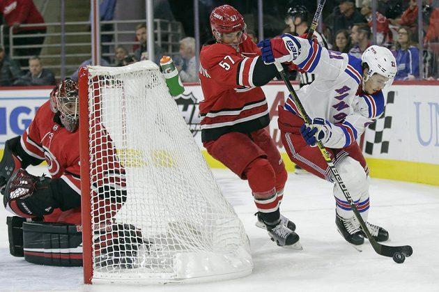 Český brankář Caroliny Hurricanes Petr Mrázek pozorně sleduje za svou brankou v utkání NHL.