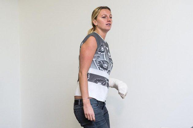 Tenistka Petra Kvitová přichází na tiskovou konferenci v Praze. První setkání s veřejností po napadení a operaci.