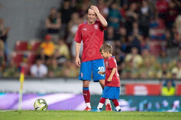 Tomáš Rosický a jeho syn Tomášek během rozlučkového utkání.