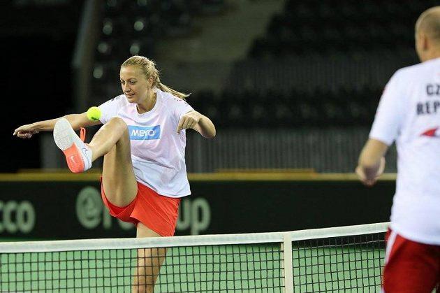 Trénink na nadcházející Fed Cup proti Rumunsku si Petra Kvitová zpestřila i tradičním nohejbalem s tenisákem.
