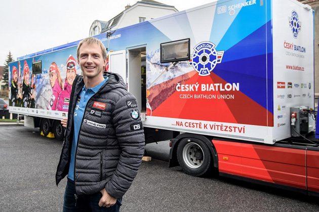 Šéftrenér českých biatlonistů Ondřej Rybář s novým servisním kamiónem.