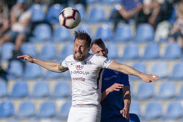 Jaroslav Diviš ze Slovácka a za ním Matěj Hybš z Liberce ve vzdušném souboji během utkání první ligy.