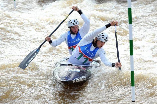 Vodní slalomáři Ondřej Karlovarský (vpředu) a Jakub Jáně při kvalifikaci MS na kanále v Praze-Troji.