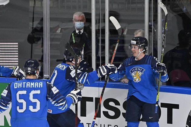 Jere Innala z Finska (vpravo) se raduje se spoluhráči z gólu.