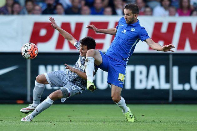 Liberecký Marek Bakoš (vpravo) bojuj eo míč s Mijem Caktašem z Hajduku Split.