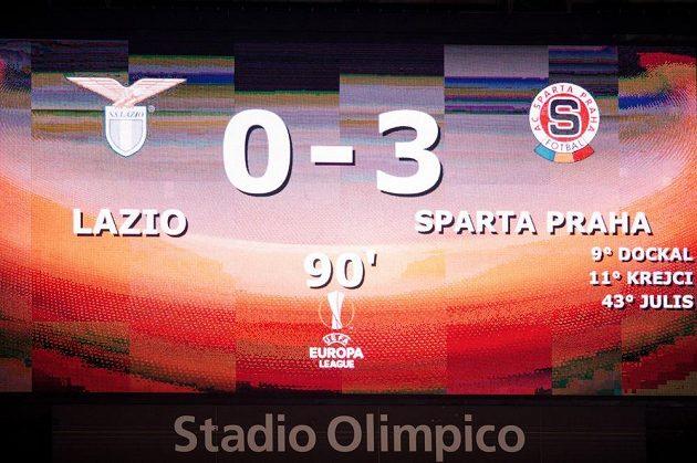 Světelná tabule po slavném postupu do čtvrtfinále Evropské ligy v Římě.