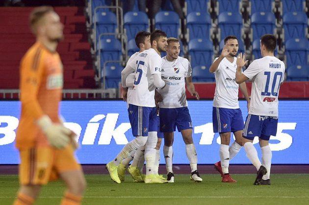 Hráči Ostravy se radují z prvního gólu.