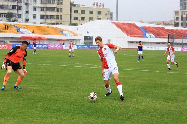 Slávistický útočník Milan Škoda se snaží překonat brankář týmu Chaj-nan Po-jing.