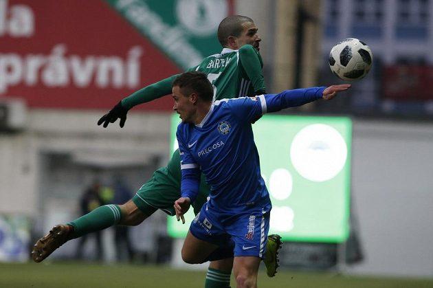 David Bartek z Bohemians bojuje o míč s Tomášem Malinským z Liberce