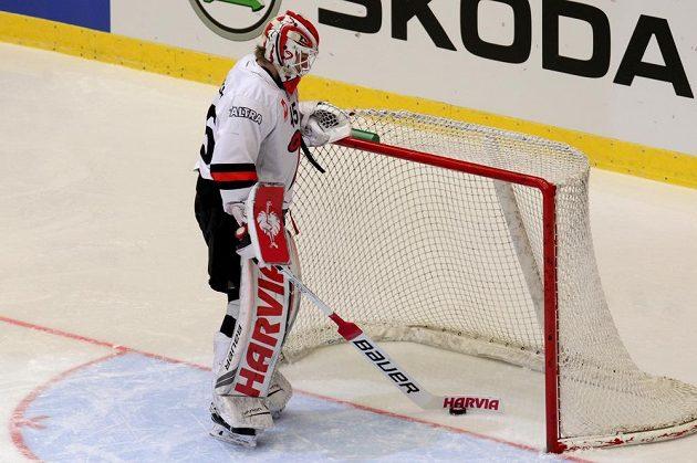 Brankář Juho Olkinuora z Jyväskylä vytahuje puk z branky poté, co v Třinci inkasoval první gól.