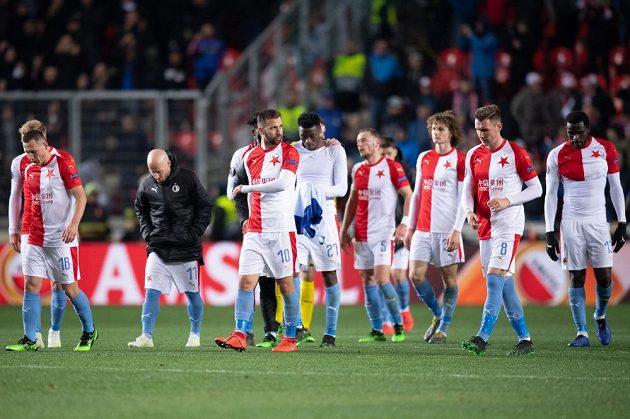 Fotbalisté Slavie zklamaně opouštějí hřiště