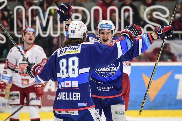 Peter Mueller a Jakub Orsava z Brna se radují z gólu na ledě Hradce Králové.
