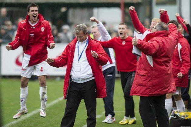 Fotbalisté Pardubic se radují z vítězství nad Spartou. Vpředu je trenér Jiří Krejčí.