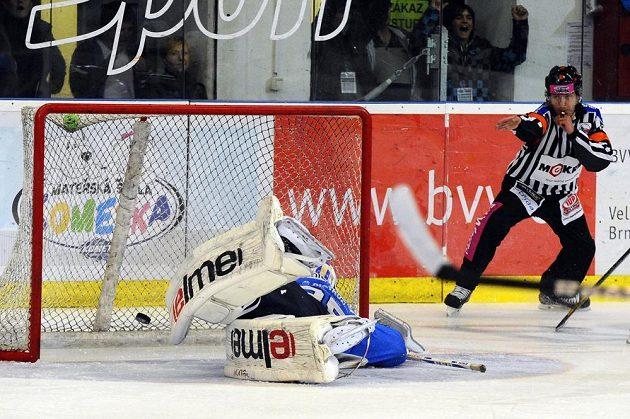 Vítězný gól Brna. Puk z hokejky Hynka Zohorny skončil za zády plzeňského brankáře Matěje Machovského.