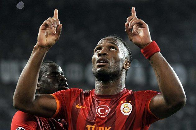 Útočník Galatasarye Istanbul se raduje z gólu proti Juventusu.