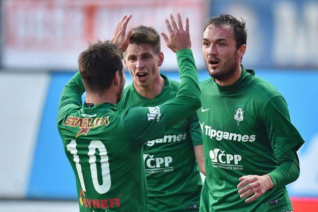 Autor prvního gólu Jablonce Martin Doležal (vlevo) se raduje s Lukášem Masopustem a Michalem Trávníkem (zády) v utkání s Brnem.