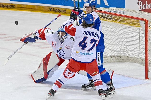 Zleva brankář Roman Will, Michal Jordán a Slovák Adrián Holešinský.
